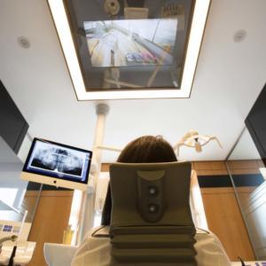 Zahnarzt Berlin - Zahnarztpraxis-am-Gendarmenmarkt-behandlungsraum-mit-wartendem-patienten-und-3d-roentgenbild